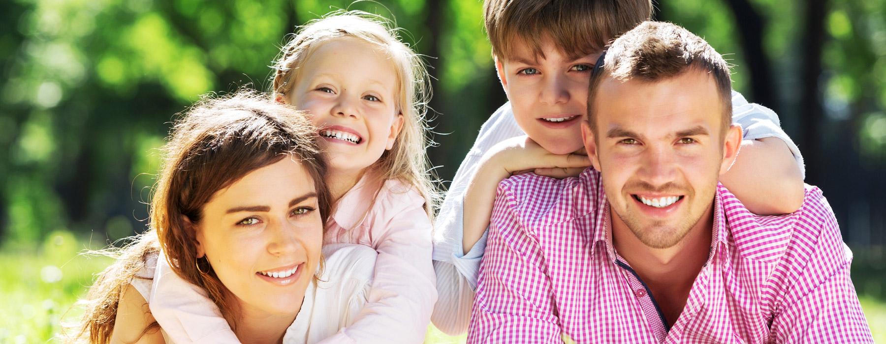 familia-feliz-sonriendo